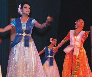 Munmun Ahmed perforing dance