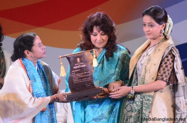 Mamata_Banerjee_suchitra-sen_daughter_MoonMoonSen-Granddaughter-Raiman-sen_awardBANGA_VIBHUSAN__1088938f